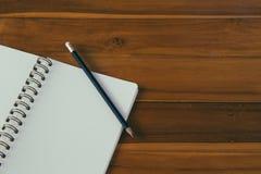 Pusty notepad z ołówkiem na drewnianym stole Obrazy Royalty Free