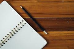 Pusty notepad z ołówkiem na drewnianym stole Zdjęcia Stock