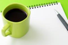 Pusty notepad z piórem i filiżanką kawy Obrazy Royalty Free