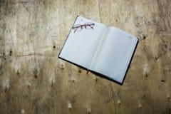 Pusty notepad z szkłami na drewnianym biurku Zdjęcie Stock