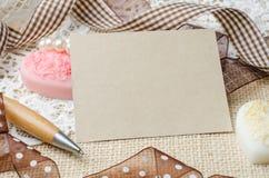 Pusty nutowy papier i pióro dekorowaliśmy z brown faborkiem na burlap s Fotografia Royalty Free