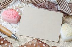 Pusty nutowy papier i pióro dekorowaliśmy z brown faborkiem na burlap s Zdjęcia Royalty Free