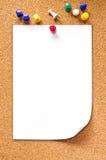 Pusty nutowy papier na korek desce: Ścinek ścieżka zawierać Zdjęcia Stock