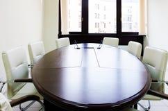Pusty oświetleniowy pokój konferencyjny z długim stołem Zdjęcie Stock