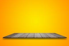 Pusty odgórny drewniany stołu i koloru żółtego gradientu tło Dla produktu pokazu fotografia stock
