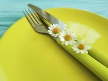 Pusty półkowy wieśniak na błękitnym drewnianym tło menu stokrotki kwiatu rozwidleniu, nóż Zdjęcie Stock
