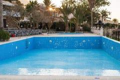 Pusty pływacki basen z metal drabiną zdjęcie stock