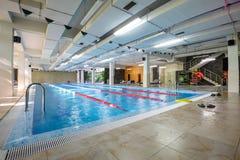 Pusty pływacki basen w sporta klubie Fotografia Stock