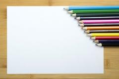 Pusty papier i kolorowi ołówki na drewnianym stole Obrazy Royalty Free