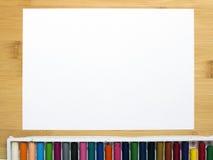 Pusty papier i kolorowi ołówki na drewnianym stole Zdjęcia Royalty Free