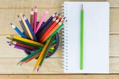 Pusty papier i kolorowi ołówki na drewnianym stole Widok od Fotografia Stock