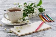 pusty papier i kolorowi ołówki na starym drewnianym stole Fotografia Stock