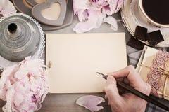 Pusty papier, kawa, Męska ręka z piórem, pocztówki Obrazy Royalty Free