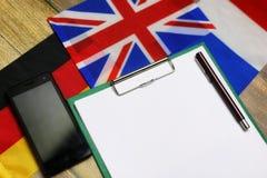 Pusty papier na drewnianym textural biurku z telefonem komórkowym Zdjęcie Royalty Free