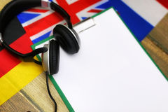 Pusty papier na drewnianym textural biurku z telefonem komórkowym Zdjęcie Stock