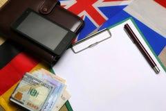 Pusty papier na drewnianym textural biurku z telefonem komórkowym Obrazy Royalty Free