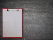 Pusty papier na schowku, na blackboard zdjęcia royalty free