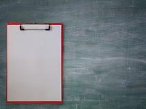 Pusty papier na schowku, na blackboard fotografia stock