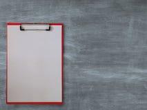 Pusty papier na schowku, na blackboard zdjęcia stock