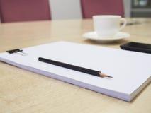 Pusty papier z ołówkiem i kawą, Biznesowy pokój konferencyjny Zdjęcia Royalty Free