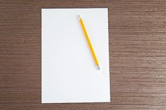 Pusty papieru prześcieradło z ołówkiem na stole fotografia stock