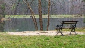 Pusty parkbench na wzgórzu przegapia jezioro zdjęcie royalty free
