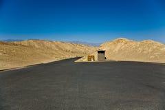 Pusty parking miejsce w Śmiertelnym Dolinnym parku narodowym Obrazy Stock