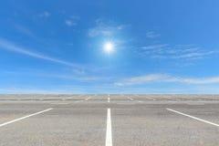 Pusty parking na niebieskim niebie Zdjęcie Stock