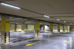 pusty parking pod ziemią Nawet rzędy z jaskrawymi ocechowaniami Obrazy Royalty Free