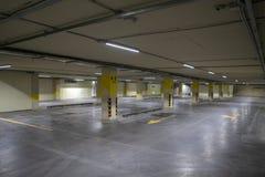 pusty parking pod ziemią Nawet rzędy z jaskrawymi ocechowaniami Fotografia Royalty Free