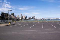 Pusty parking Przeciw miasto linii horyzontu przy schronieniem Obraz Stock