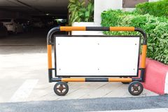 Pusty parking znak przed parking lub garażem Kupczy a Obrazy Stock