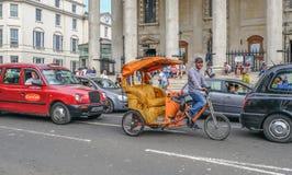 Pusty Pedicab w ruchu drogowym z uśmiechniętym kierowcą Obraz Stock