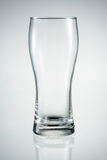 Pusty piwny szkło z odbiciem odizolowywającym. Obraz Stock