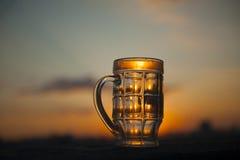 Pusty piwny szkło na zmierzchu Zdjęcie Royalty Free