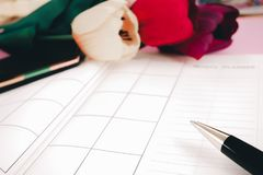 Pusty planistyczny notatnik i pióro z kwiatami na biurku używamy my organizatora rozkładu życie lub biznesu planisty pojęcie Fotografia Stock