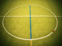 Pusty plenerowy handball boisko, plastikowa jasnozielona powierzchnia na ziemi i biały błękit, odskakujemy linie Zdjęcia Stock