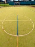 Pusty plenerowy handball boisko, plastikowa kosmata zieleni powierzchnia na ziemi i biały błękit, odskakujemy linie Fotografia Stock