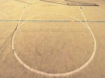 Pusty plenerowy handball boisko, plastikowa kosmata zieleni powierzchnia na ziemi i biały błękit, odskakujemy linie Fotografia Royalty Free