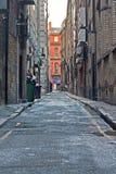 Pusty podupadłej części śródmieścia alleyway obrazy stock