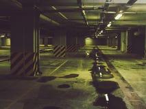 Pusty podziemny garaż zdjęcie royalty free