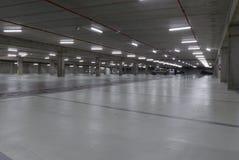 Pusty podziemny parking samochodowy iluminujący przy nocą Obraz Stock