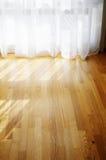 Pusty pokój, parkietowa podłoga, przejrzyste zasłony, okno obrazy stock