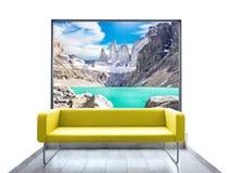 Pusty pokój z żółtą kanapą i widok górski przez okno Zdjęcia Royalty Free