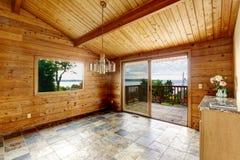 Pusty pokój z dachówkową podłoga i drewnianym podstrzyżeniem Fotografia Stock