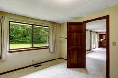 Pusty pokój z dywanową podłoga i rozpieczętowanym drzwi Zdjęcia Stock