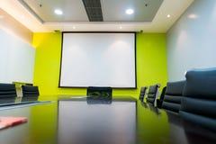 Pusty pokaz, projektoru pokaz w biznesowym pokoju konferencyjnym/ Fotografia Royalty Free