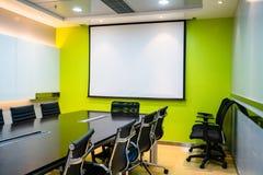 Pusty pokaz, projektoru pokaz w biznesowym pokoju konferencyjnym/ Obraz Stock