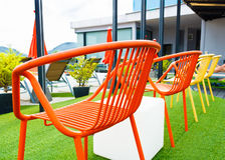 Pusty pomarańczowy krzesło przy odgórnym hotelowym pobliskim pływackim basenem zdjęcia stock
