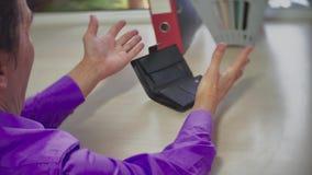 Pusty portfel w rękach biznesmena mężczyzna Ubóstwo w emerytura pojęcia upadłościowym zawaleniu się i kryzysie indoors zdjęcie wideo